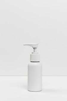 Vista frontal do frasco de cosmético com espaço de cópia