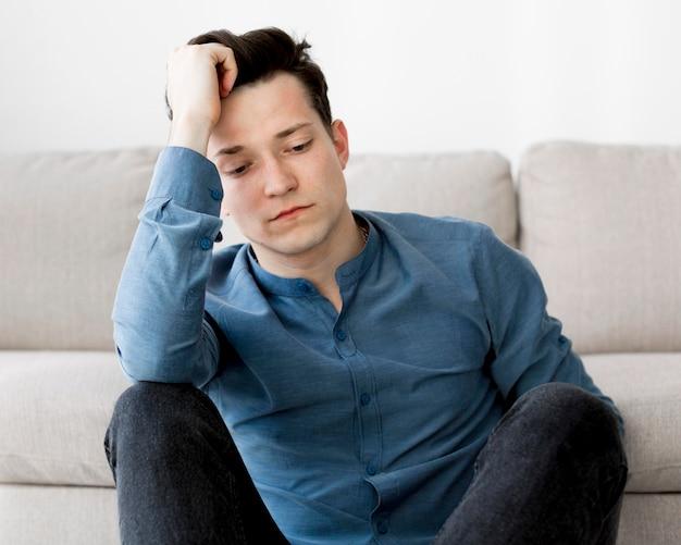 Vista frontal do garoto com ansiedade