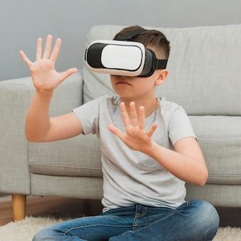 Vista frontal do garoto experimentando realidade virtual