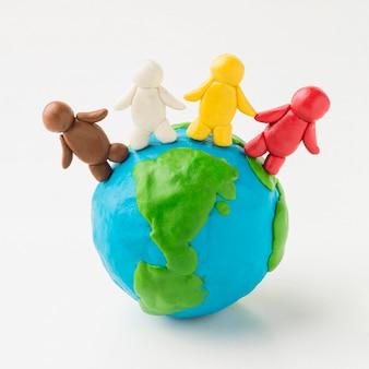 Vista frontal do globo de terra de plasticina com pessoas