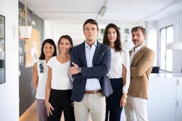 Vista frontal do grupo de colegas de trabalho posando