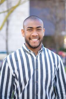 Vista frontal do homem afro-americano bonito olhando