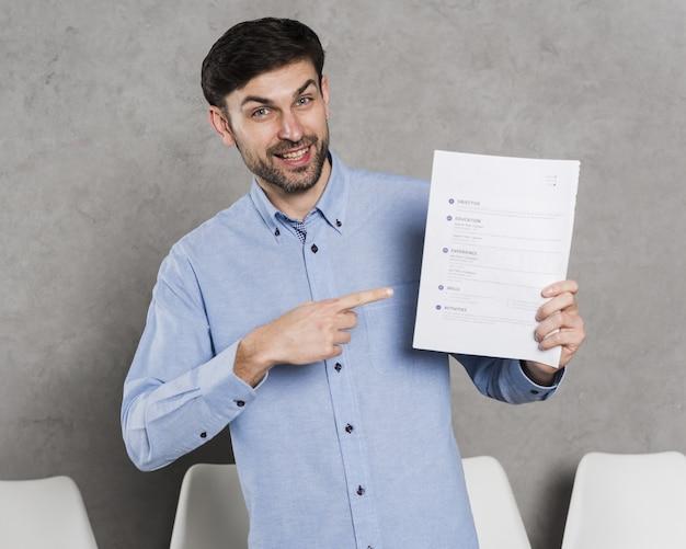 Vista frontal do homem apontando para contrato