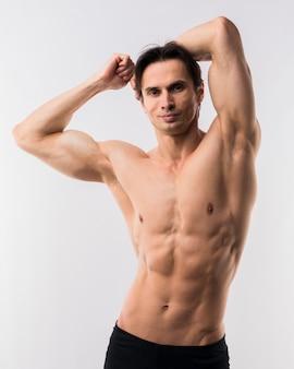 Vista frontal do homem atlético, mostrando o corpo muscular