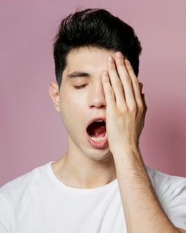 Vista frontal do homem bocejando