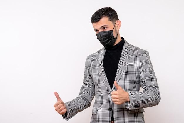 Vista frontal do homem bonito de terno fazendo sinal de pé sobre fundo branco isolado com o polegar