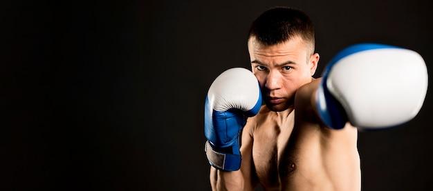 Vista frontal do homem boxe com espaço de cópia