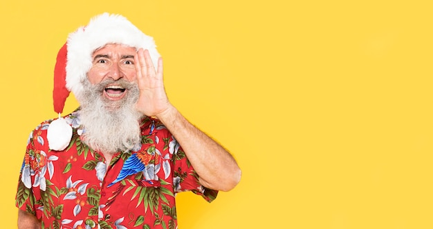 Vista frontal do homem com camisa tropical e espaço de cópia
