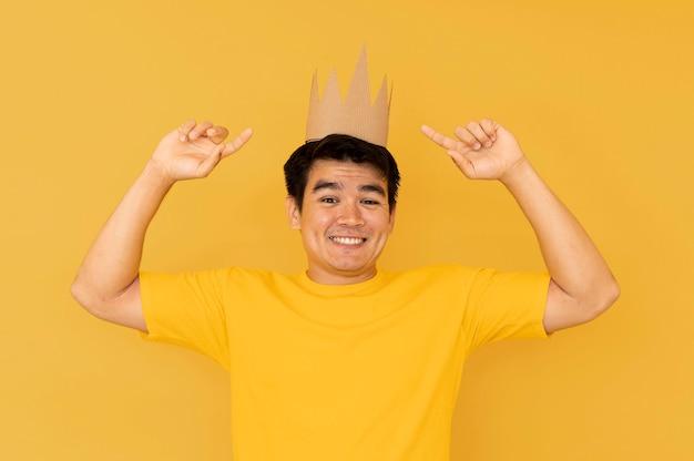 Vista frontal do homem com conceito de coroa