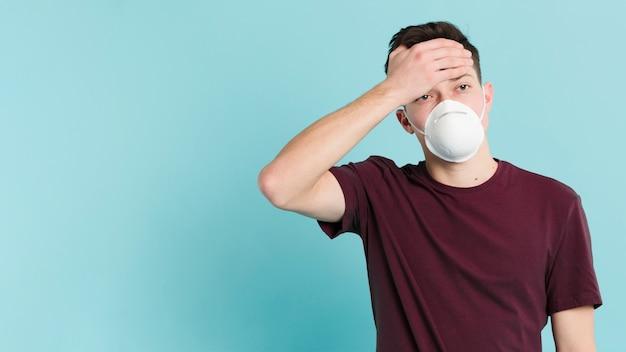 Vista frontal do homem com febre de coronavírus