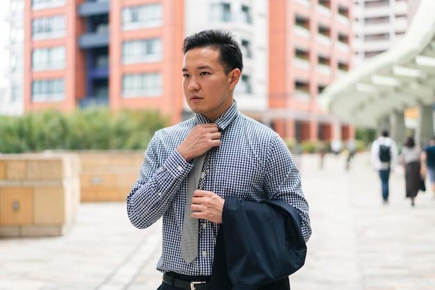 Vista frontal do homem de negócios de terno