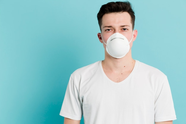 Vista frontal do homem doente, vestindo uma máscara médica