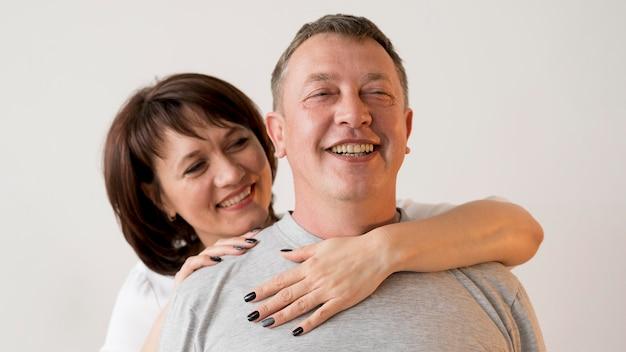 Vista frontal do homem e mulher a sorrir