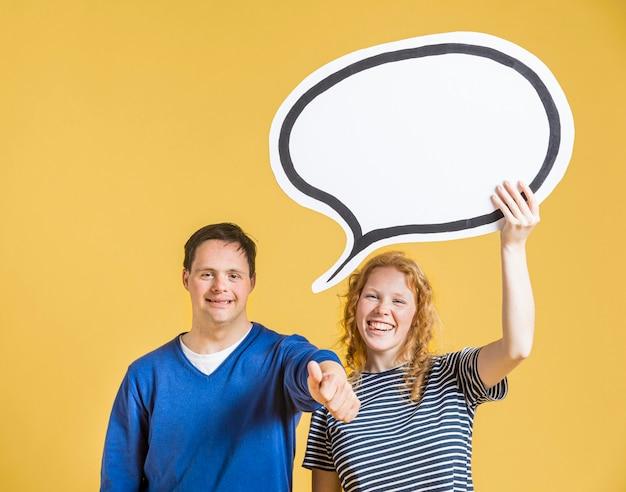 Vista frontal do homem e mulher segurando bolha de bate-papo