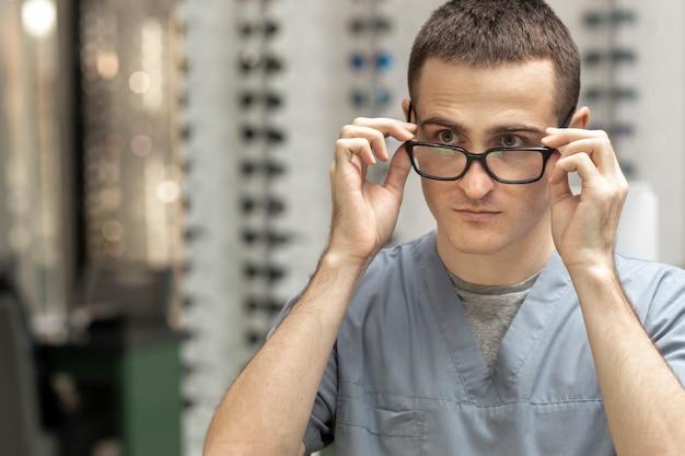 Vista frontal do homem experimentando um par de óculos