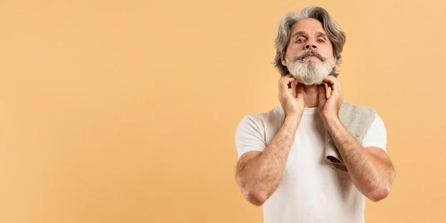Vista frontal do homem mais velho, com barba e cópia espaço