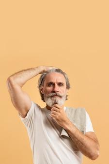 Vista frontal do homem mais velho com barba e toalha