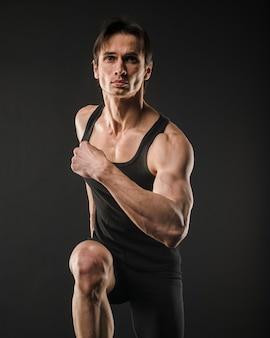 Vista frontal do homem musculoso correndo
