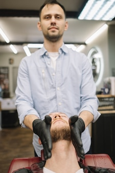 Vista frontal do homem na barbearia