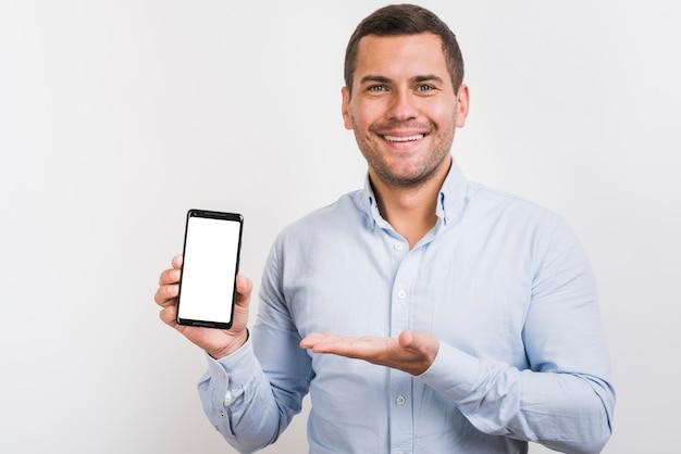 Vista frontal do homem segurando um smartphone