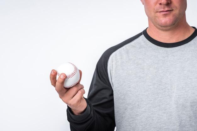 Vista frontal do homem segurando uma bola na mão