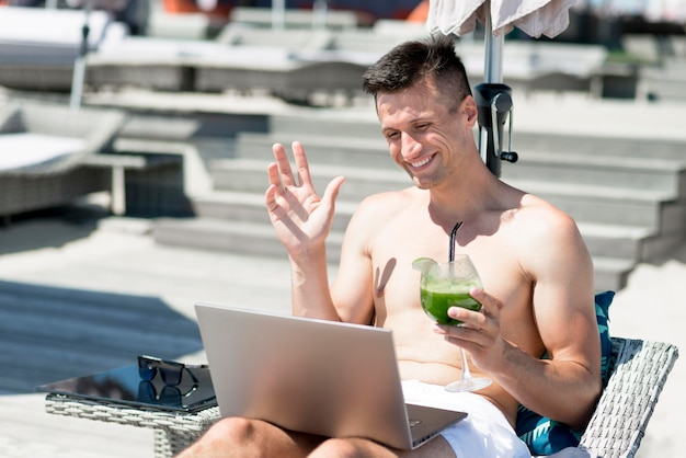 Vista frontal do homem sorridente na praia