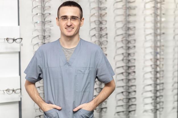 Vista frontal do homem sorridente posando enquanto usava óculos