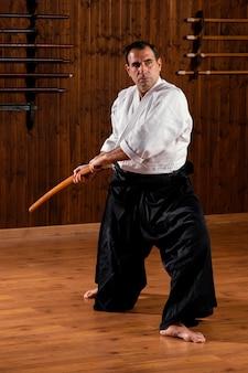 Vista frontal do instrutor de artes marciais na sala de prática