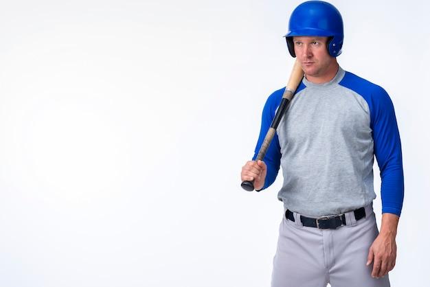 Vista frontal do jogador de beisebol com espaço de cópia