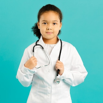 Vista frontal do jovem médico adorável