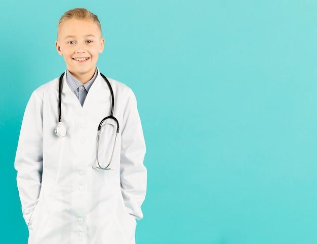 Vista frontal do jovem médico