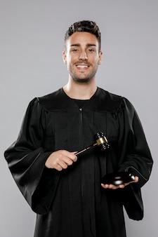 Vista frontal do juiz do sexo masculino sorridente