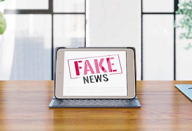 Vista frontal do laptop na mesa com notícias falsas