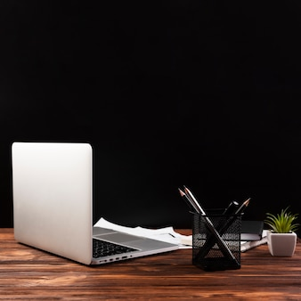 Vista frontal do laptop na mesa de madeira