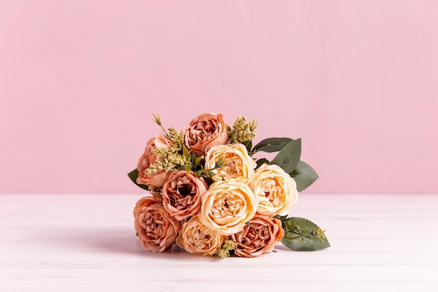 Vista frontal do lindo buquê de rosa