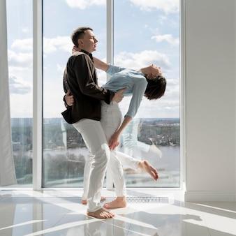 Vista frontal do lindo casal dançando