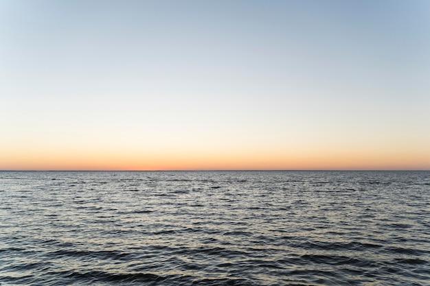 Vista frontal do lindo pôr do sol sobre o mar