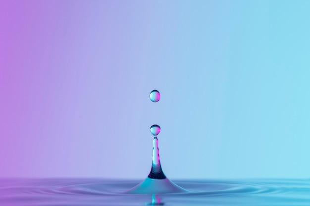 Vista frontal do líquido com gotas e respingos