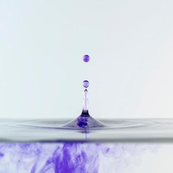Vista frontal do líquido e gotas