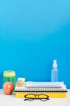 Vista frontal do material escolar com espaço para cópia e desinfetante para as mãos