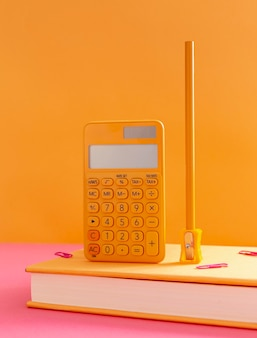 Vista frontal do material escolar sobre a composição da mesa