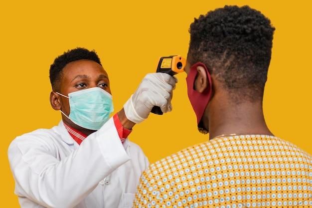 Vista frontal do médico com conceito de máscara facial