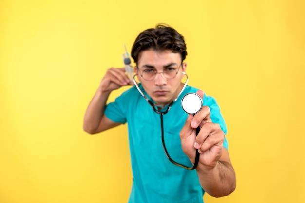 Vista frontal do médico com estetoscópio