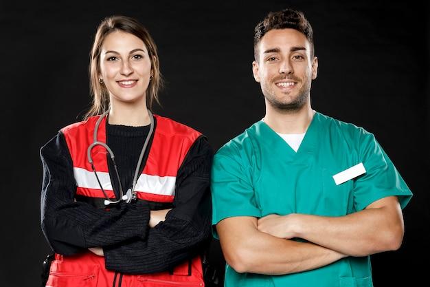Vista frontal do médico e paramédico