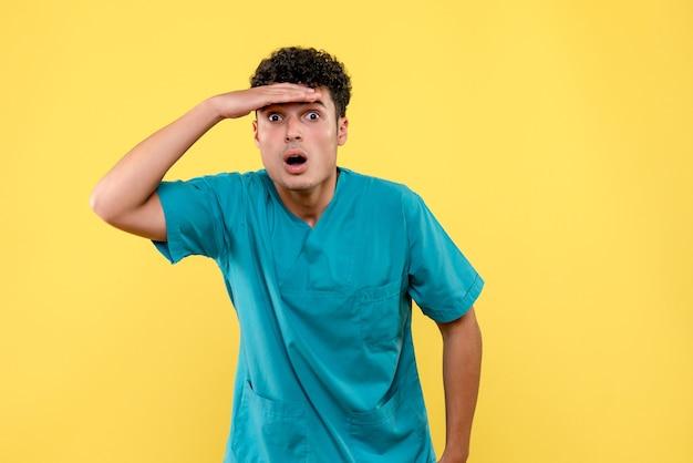 Vista frontal do médico o médico fica surpreso porque foi inventada uma vacina contra o coronavírus