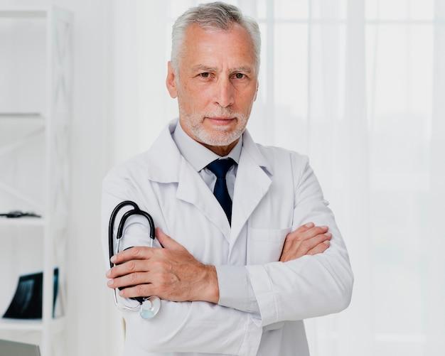 Vista frontal do médico segurando o estetoscópio
