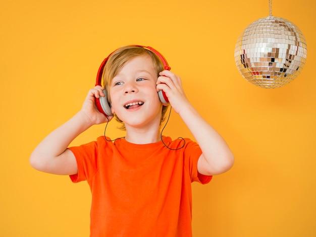 Vista frontal do menino com o conceito de música
