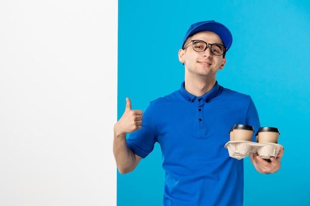 Vista frontal do mensageiro masculino com entrega de café em azul