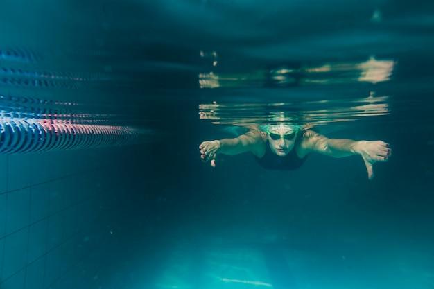 Vista frontal do mergulho do nadador