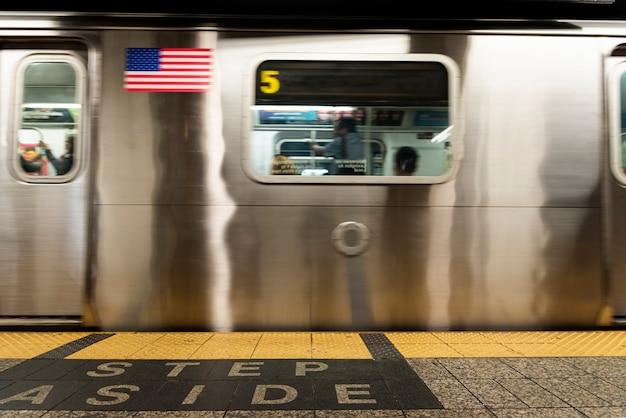 Vista frontal do metrô na estação